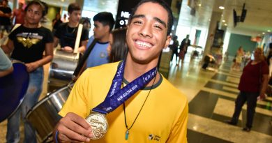 Após conquistar o bicampeonato mundial, paralterofilista amazonense é recebido com festa ao chegar a Manaus