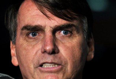 Desequilibrado, Bolsonaro agride e ameaça repórter